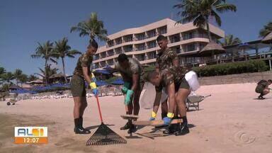 Exército participa de mutirão de limpeza em Alagoas - Equipe com 40 militares está colaborando na limpeza na Barra de São Miguel.