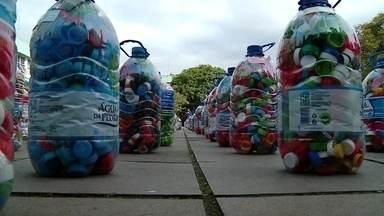 Tampinhas de garrafa pet recicladas geram renda a projetos sociais - Conhecemos dois projetos que usar o material reciclado como fonte de recursos, um no interior do rio Grande do Sul, outro no interior de São Paulo.
