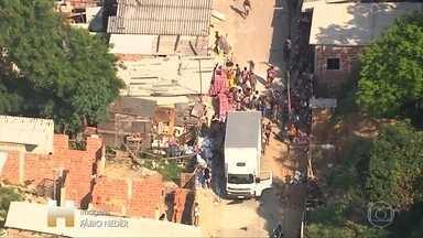 Quadrilha rouba três caminhões e descarrega em comunidade da zona norte do Rio - A polícia ainda não recuperou dois caminhões.