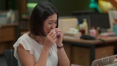 Léo e Thaíssa percebem que Toshi está chorando e não sabem o que fazer - Leo chega na editora reclamando de trabalhar no feriado