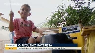 Aos dois anos, menino constrói a própria bateria, em Goiânia - Ele adora o instrumento e sonha em ser baterista.