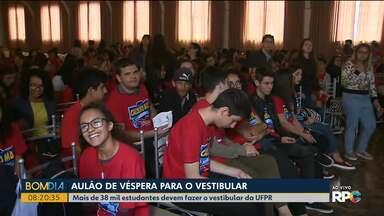 """Na véspera do vestibular da UFPR, alunos têm """"aulão"""" - Mais de 38 mil estudantes devem fazer o vestibular da UFPR."""