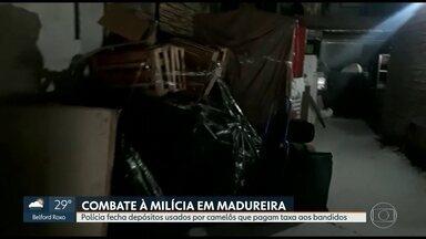 Polícia fecha depósitos usados por camelôs que pagam taxa a milicianos em Madureira - A Polícia Civil fez uma operação para combater a milícia em Madureira. Investigadores descobriram que os ambulantes estão pagando mensalidade para guardar mercadorias em depósitos mantidos pelos criminosos.