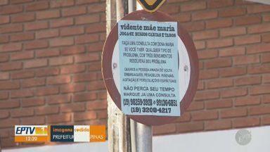 Campinas multa em R$ 750 astróloga por colar cartazes de 'pessoa amada de volta' - Autuação foi aplicada para mulher no Jardim Santa Genebra, na última sexta-feira (25). Prefeitura suspeita que mulher tenha colado cerca de duzentos cartazes em 10 endereços.