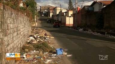 Lixo irregular provoca problemas aos moradores do Residencial Pinheiros, em São Luís - Em algumas ruas, as calçadas ficam cheias de lixo e, por isso, as pessoas precisam andar no asfalto.