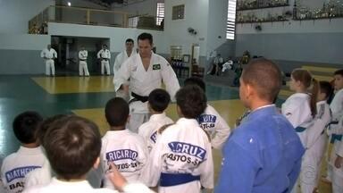 Judoca Tiago Camilo visita Tupã para orientar crianças que fazem o esporte - O judoca Tiago Camilo esteve em Tupã para conversar e trocar golpes com as crianças que estão começando no esporte. Confira os detalhes.