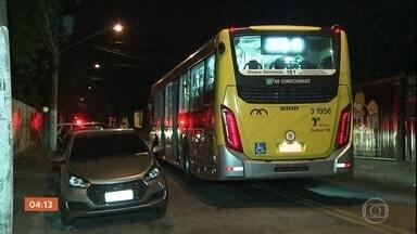 Motorista esfaqueia flanelinha a atira contra multidão durante festa em SP - Um motorista de ônibus esfaqueou um flanelinha e atirou contra a multidão que participava de uma festa em São Paulo. O motorista foi agredido e desarmado pela população. Cinco pessoas foram levadas para o hospital.