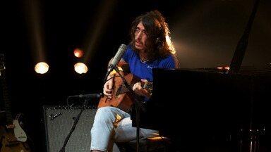 Tim Bernardes canta Gal Costa