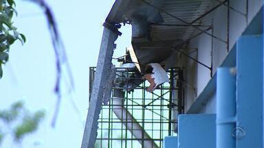 Falta de estrutura física afeta alunos e professores da Escola Estadual Tuiuti em Gravataí - Obra para reclamação do forro dura mais de um ano.