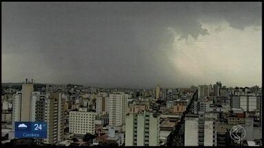 MG2 mostra imagens da chegada da chuva em Divinópolis nesta terça-feira - Por volta das 16h, uma nuvem carregada passou por alguns bairros da cidade. Intenso fluxo de veículos na Rua Goiás também foi mostrado pela reportagem.