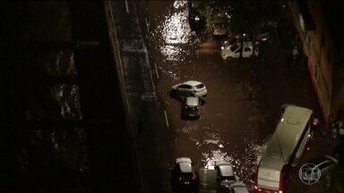 Temporal em Belo Horizonte faz rio transbordar - Carros foram arrastados. A Defesa Civil atendeu a dezenas de chamados de emergência. Na noite desta terça, ainda havia vários pontos de atenção pela cidade.