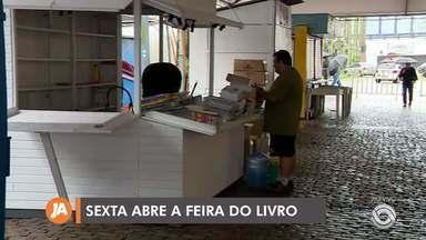 Feira do Livro de Porto Alegre começa sexta-feira (1) e bancas são montadas - Confira algumas atrações da Feira do Livro 2019.