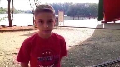 Menino de 11 anos distribui roupas nas ruas de Campinas - Uma vez por mês, Enzo, o irmão e o pai saem juntos de carro, em Campinas, São Paulo, pra distribuir roupas e comida pra quem vive em situação de rua.