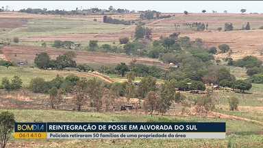 Famílias são retiradas de área rural em cidade da região Norte - Policiais cumpriram reintegração de posse em Alvorada do Sul.