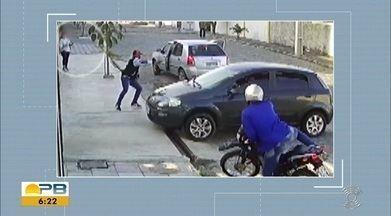 Vídeo mostra momento que grupo armado assalta estudantes, em Campina Grande - Câmeras de segurança mostram o momento em que o mesmo grupo aborda um homem que daria uma carona para outra estudante.