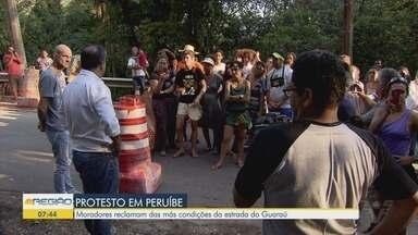 Moradores de Peruíbe fazem protesto por melhorias - Eles reivindicam melhorias na estrada no bairro Guaraú.