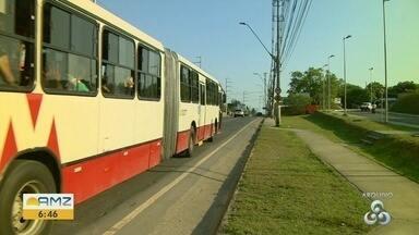 Suspeitos roubam passageiros na linha de ônibus 560, em Manaus - Duas pessoas ficaram feridas durante ação criminosa.