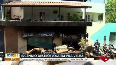 Incêndio destrói loja em Vila Velha, ES - Fogo assustou vizinhos que tiveram que passar a noite fora de casa.