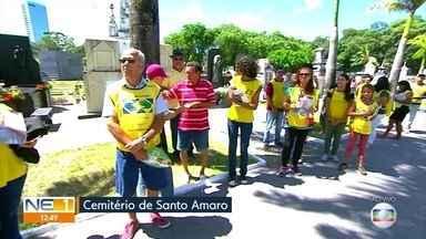 Voluntários levam palavras de conforto aos visitantes de cemitério, no Dia de Finados - Grupo faz parte da Igreja de Jesus Cristo dos Santos dos Últimos Dias