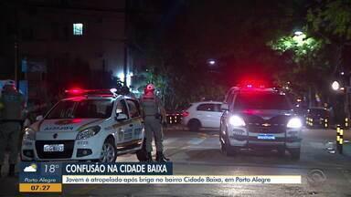 Jovem é atropelado após briga no bairro Cidade Baixa, em Porto Alegre - Responsável pelo atropelamento não foi encontrado.