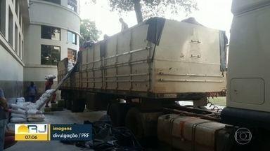 PRF encontra caminhão com 2 toneladas de maconha na BR-116 - Droga seria levada a Acari, na Zona Norte do Rio.