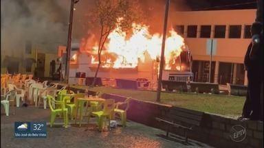 Lanchonete em ônibus pega fogo no Centro de Bebedouro, SP - Incêndio teria começado com vazamento em botijão de gás.