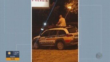 Homem é preso após subir em carro da polícia em São Tomé das Letras - Homem é preso após subir em carro da polícia em São Tomé das Letras