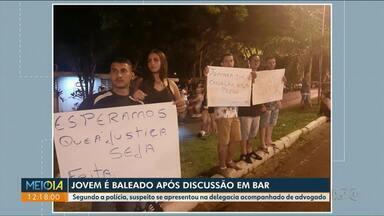 Parentes e amigos de baleado em bar fazem protesto em Paranavaí - Jovem foi baleado após confusão na madrugada de sábado.