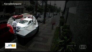 Vídeo mostra momento em que dupla 'arranca' mulher de carro durante assalto em Goiânia - Crime aconteceu no Setor Bueno.