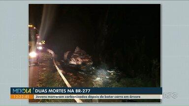 Duas pessoas morreram carbonizadas em acidente na PR-277 - O carro pegou fogo depois que o motorista perdeu o controle e bateu em um árvore.