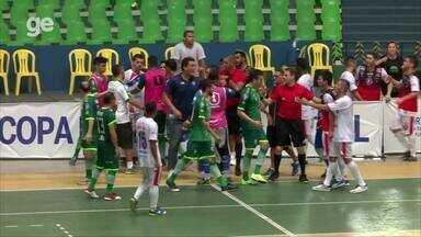Jogadores do Campo Largo e Itabaiana se estrenham durante partida da Copa Nordeste - Jogadores do Campo Largo e Itabaiana se estrenham durante partida da Copa Nordeste