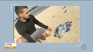 Atletas retiram lixo deixado por banhistas no rio Paraguai - Flagrante foi feito na manhã dessa segunda-feira