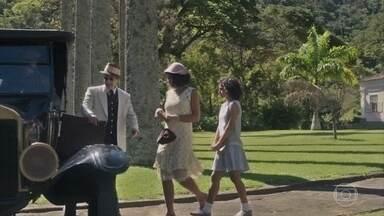 Inês e Shirley vão para a Europa com João - Inês percebe que esqueceu seu caderno e volta para buscá-lo