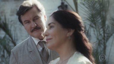 Júlio e Lola dançam na festa de casamento de Olga e Zeca - Dona Maria, Marlene e Candoca brindam à felicidade dos noivos