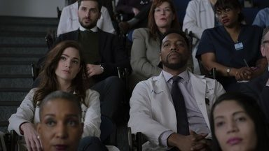 Piloto - O Dr. Max Goodwin chacoalha o status quo do New Amsterdam em seu primeiro dia como diretor do hospital. Enquanto isso, ele deve lidar com seus próprios problemas pessoais.