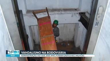 R$ 2 milhões foram gastos com conserto na Rodoviária do Plano - Segundo a administração, a rodoviária é alvo constante dos vândalos. O maior problema está nos elevadores, escadas rolantes e banheiros.