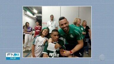 Torcedor prudentino tira fotos com jogadores do Palmeiras após jogo - Gabriel acompanhou a partida do Verdão contra o Ceará no sábado (2).