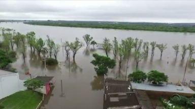 Centenas de pessoas estão desabrigadas pelas cheias dos rios no RS - Prefeitos se reúnem com o Governador Leite para pedirem ajuda na reconstrução das casas e atendimento aos desabrigados.