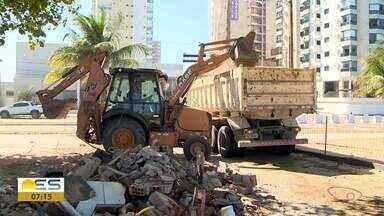 Primeiro quiosque é demolido em Vila Velha, ES - Ao todo, 46 quiosques serão derrubados na orla de Itaparica e Itapuã.