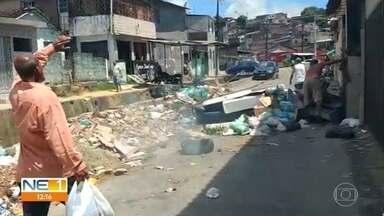 Acúmulo de lixo em rua de Água Fria causa transtornos para moradores - Prefeitura do Recife enviou equipe para limpar o local.