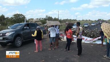 Manifestantes bloqueiam trecho da BR-174 e liberam passagem de veículos em RR - Veículos são autorizados a atravessar de 10 em 10 minutos pelo local.