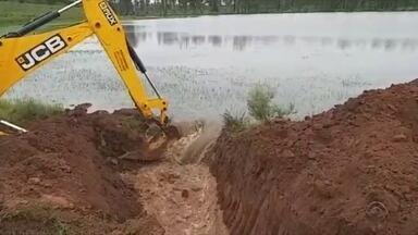 Secretaria de Obras de São Gabriel abre dreno para reduzir nível de água de barragem - A ação foi necessária para reduzir a pressão e evitar o rompimento.