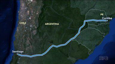 """Casal quer arrecadar R$ 309 mil """"vendendo"""" quilômetros de viagem até o Chile - Um casal de ciclistas vai pedalar de Curitiba até o Chile para ajudar uma escola de pessoas com deficiência."""