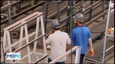 Venezuelanos recomeçam a vida em Divinópolis após crise no país de origem - Cerca de 23 venezuelanos estão em Ermida há quase oito meses; alguns encontraram oportunidade de recomeço trabalhando em uma empresa de vidros.