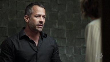 Agno diz para Josiane que eles precisam tirar todo o dinheiro de Fabiana - A filha da Maria da Paz conta para Agno sobre foto que a pôs na prisão