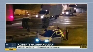 Colisão envolvendo dois carros provoca problemas na rodovia Anhanguera - Um dos veículos ficou virado na madrugada desta quarta-feira (6).