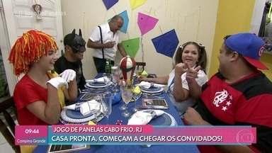 Convidados chegam para a noite infantil de Gilberto - Enquanto prepara as entradas do jantar, Gilberto propõe que a galera brinque de varetas