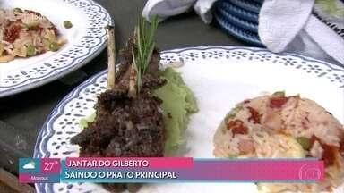 Gilberto serve o prato principal - O chef Gustavo Rinkevich experimenta o prato e faz suas considerações para o professor. Ana Maria Braga e Louro José também avaliam o cordeiro