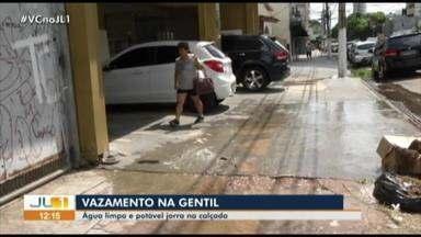 Flagrante de desperdício de água no bairro de São Brás, em Belém - Flagrante de desperdício de água no bairro de São Brás, em Belém