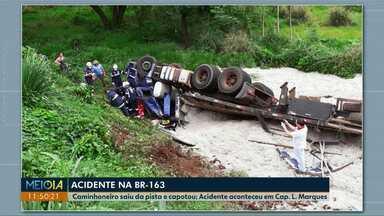 Caminhoneiro perde o controle da direção e capota na BR-163 - Acidente aconteceu no trecho em Capitão Leônidas Marques. Motorista teve ferimentos leves.